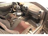 カーボンファイバーとアルカンターラのマテリアルで極限まで軽量化。