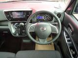 ハンドル、シフトレバー、操作パネルの配置バランスがよく運転しやすいお車になっております。