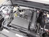 1.2L TSIエンジン。DOHCエンジンにアルミブロックを採用し軽量化に成功。ダイレクトインジェクション(直噴)&ターボ(過給器)でハイパフォーマンスを発揮しながら低燃費を実現。