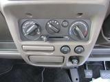 手動エアコンで車内快適温度を調節できます