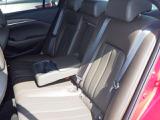 フロントシートには、乗員とシートの間の熱のこもりを吸い出し、暑い季節でも快適な運転環境を提供するベンチレーション機能を備えています。一方、吸い込み口の工夫により局所的な冷えの防止にも注力しました。