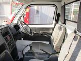 ゆとりをもって運転できる広くて快適な室内。広々ドアの開閉部で乗り降りもラクラク!