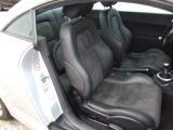 2つの素材を組み合わせたシートが採用されております。フロントはバケット形状となっており、シートヒーターが採用されております。
