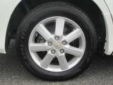 タイヤのサイズは15インチです。純正のアルミホイールがついております。雪道が心配な方はスタッドレスタイヤも販売しておりますのでご相談ください。