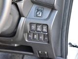 運転席の右側にはアイドリングストップ、オートスライドドア、エマージェンシーブレーキ、VDC、ハイビームアシストの操作スイッチが有ります。
