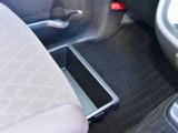 助手席シートアンダーボックスは深さ約10cmのたっぷりサイズです。前後どちらからも引き出せて便利です。