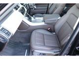 英国車ならではのクラフトマンシップ溢れるデザインは健在です。エスプレッソカラーのシートがエレガントです。