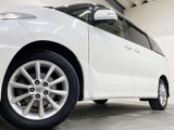 ホイルは純正17インチアルミホイルになります。タイヤは夏冬セットでお付けしますので、余計な出費もかさまず安心です。タイヤサイズ215-60-17。