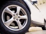 ホイルは社外17インチアルミホイルになります。タイヤは夏冬セットでお付けしますので、余計な出費もかさまず安心です。タイヤサイズ225-60-17。