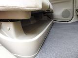 後席の下には、傘や靴などが場所を取らずに置けるトレイがあります!