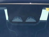 【スマートアシスト3】フロントガラスにカメラが2個付いております。今までは緊急ブレーキが対応するのは車が後ろ向きの時のみでしたが、人にも対応するようになりました。あくまでも補助的なものとなります!
