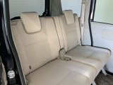 2列目シートもゆったり快適に座っていただけますので、後部座席にお乗りの方も楽しくドライブに参加していただけますよ。もちろんチャイルドシートの取り付けにも対応します。