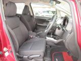 フロントシートは、従来よりも大きめのフレームをベースに設計。肩まわりの開放感と腰まわりのサポート性を兼ね備えたデザインです。また、背もたれを厚くし、座り心地と振動吸収性を向上させています。