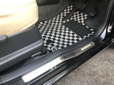 スカッフプレートも付いているので、パンプス等で擦り傷などが車体につく心配も軽減されます。