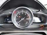 走行中にカメラで速度制限、進入禁止、一時停止等の交通標識を読み取り、アクティブ・ドライビング・ディスプレイに表示。制限速度の超過等をドライバーに警告し、安全運転を促します!