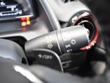 周囲の明るさを総合的に判断してヘッドランプなどを自動的に点灯/消灯するオートライトシステムを装備。
