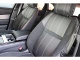 グレインレザーシートとスエードクロスシートの組み合わせは黒の高級感を引き立たせ、英国のクラフトマンシップを感じさせます。