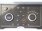 スイッチ数を削減し、クリーンで美しいデザインとなったインテリア。複数の機能を合わせ持つ2つのダイヤルは、切替一つでオフロードモードの選択を可能とします。
