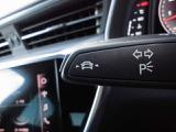 居眠り運転やわき見運転など、万が一車両が道路白線をはみだしそうになると、車がハンドルを自動修正してくれるアウディレーンアシストが装備されております。