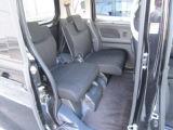リヤシートはスライドしますので荷室や足元の広さ調整ができます