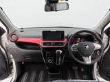 黒色の内装に赤のアクセントカラー。外装色とお揃い。運転のしやすいインパネシフトで足元も広いです。