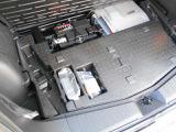 床下にはパンク修理キットと工具を装備。