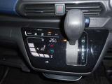 オートエアコン(タッチパネル式、作動確認機能付)オートエアコンは操作性と視認性に優れたタッチパネル式でスマートフォンを触る感覚です。また凹凸が少なく、サッと拭くだけでお掃除ができます