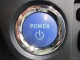 ハイブリッドシステムの始動は、ブレーキを踏んでパワースイッチを押すだけ。キーを差し込む手間もなく、簡単でスムーズです♪