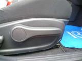 運転席は扱いしやすいラチェット式シートリフターがあります。