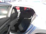 何の変哲も無い後席に見えますが、前面衝突時に後席乗員の下半身がシートから滑り落ちることを抑制する構造になってます。
