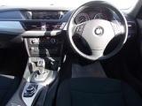 アイドリングストップ機能で停車中はエンジンがストップし、燃費や排気ガスの排出を抑えております。アイドリングストップ機能をカットするボタンも付いており、どちらの状態でもドライブできます。