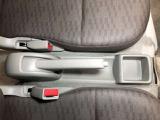 運転席・助手席の間に小物入れがあり、小銭や駐車券などちょっとした物を入れるのに便利です