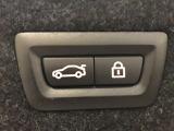 電動リアゲートですので、ボタン一つでトランクの開閉が出来ます。