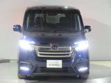 ハロゲンより明るく、より遠くまでさらなる安心感のあるLEDヘッドライトを採用。照射軸の上下方向を自動調整するオートレベリング機構、点灯忘れも防止できるオートライトコントロール機構付きです。