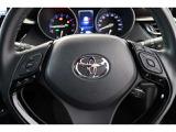 ステアリングスイッチ搭載で運転中でも目線を外さずにオーディオ操作が可能です。