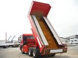 日本では普通ダンプトラックは最大積載量11トンまでと定められており、街中で一般的に見かけ