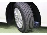 タイヤサイズ 195/65R15 純正アルミホイール装着です。足元を引き締めてくれ、しっかりした走りも楽しめますよ。