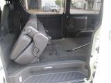 リヤシートは固定具を使うことなく荷室前方に折りたたむことができます。