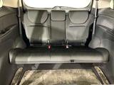 【3列目床下格納シート】 3分割リクライニング機構も装備。背もたれの角度を1席ごとにずらすことで大人3人が肩をふれあうことなく座る事が出来ます。
