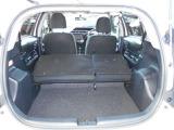 大きな荷物を積み込む際には、後部座席の背もたれを矢押して、対応ができます