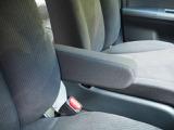 ロングドライブでもラクラク フロントシートはアームレスト付きです