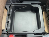 助手席下の便利な収納ボックスです