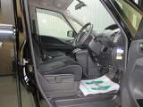 ゆとりのある運転席と座り心地の良いシートで、毎日の運転も快適♪シートの高さを変えられるシートリフターもついてます(^^)/