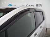 オプションのドアバイザーが付いています 雨の日に少しだけ窓をあけることができるんです