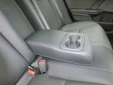 後席に座る方の座り心地を快適にする、リアセンターアームレスト ( ドリンクホルダー付 )