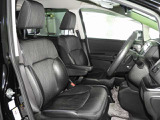 大きな座面と包み込むような背もたれが、ドライバーの身体をしっかり支えます。 さらに、上質なシート素材と座り心地のよいクッション。長時間の運転やコーナーの多い道も快適です。