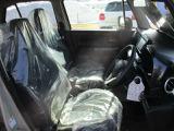 運転席はシートリフター付きで座面の高さ調整できます。