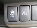 エマージェンシーブレーキは赤外線レーザーレーダーが前方車両と衝突の危険を察知。衝突する可能性が高まった時、警告灯とブザーの作動とともに、自動的に緊急ブレーキを作動!踏み間違い衝突防止(前進時)装着。