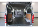 トランクも荷物をいろいろと積めそうです。さらに後席シートを倒せば大きな荷物も載せれますね