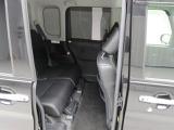 後部座席  ダイハツの技術が生んだ広い室内。リア席のひざ前も広々。大人が楽に座れるゆとりを実現しています。